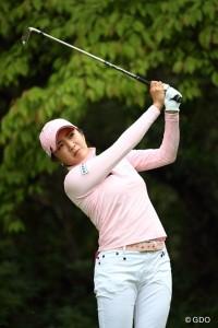 イボミ選手 ホワイトパンツにピンクのトップスのコーデ ピンクのベルトがさりげなくオシャレ!!