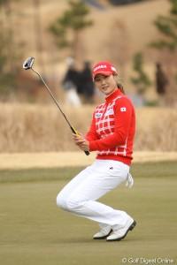 キムハヌル選手 ホワイトパンツに赤のセータースタイル