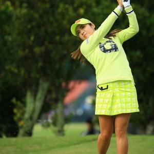 なかなか勇気がいる黄緑一色コーデですが、ゴルフ場ではこれくらいでも全然いいですね!明るい気持ちになれますよ