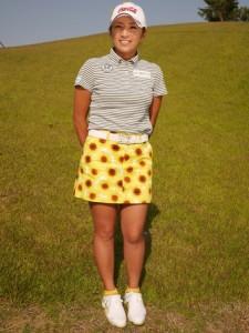 ひまわり柄のスカートが夏っぽくて見ていて明るい気持ちになります。